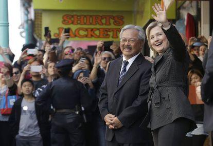 Hillary Clinton con el alcalde de San Francisco, Ed Lee, el miércoles.