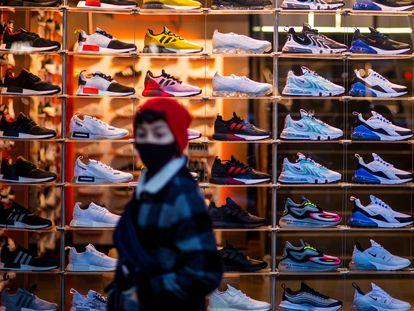 Un chico pasa delante de una tienda de zapatillas en Berlín, el pasado mes de diciembre.