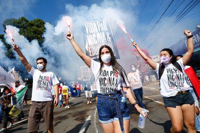 Opositores del presidente de Brasil, Jair Bolsonaro, participan en una protesta contra su Gobierno en Goiânia (Brasil) en junio de 2021.