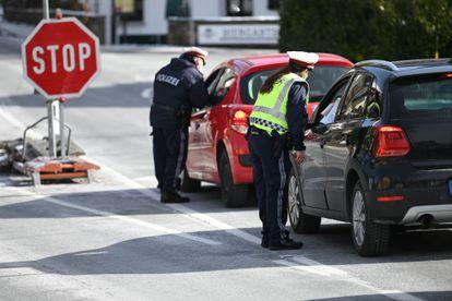 Policías en la frontera que conecta Austria y Alemania, en Grossgmain   el 15 de febrero.