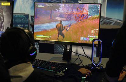 Un gamer jugando con el 'Fortnite' de Epic Games en la 'Paris Games Week' el 29 de octubre de 2019 in Paris, France.