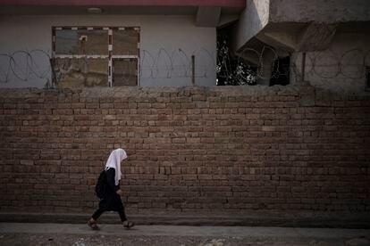 Una niña camina hacia su escuela en Kabul, Afganistán, el domingo 12 de septiembre de 2021.