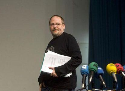 Eliseo Gil se dispone a comparecer en la rueda de prensa que ofreció ayer en Nanclares de Oca.