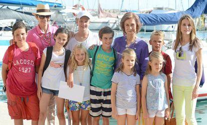 Doña Sofía, con sus ocho nietos, la infanta Elena y doña Letizia, en 2013 en Palma. La última imagen posada de la reina Letizia con sus sobrinos Urdangarin.