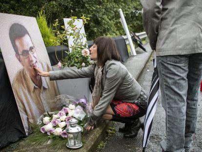 La viuda de Eduardo Puelles deposita flores en el lugar donde fue asesinado su marido.