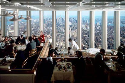 La panorámica del Windows on the World estaba bastante limitada por el propio diseño de la torre, algo que al parecer fue objeto de agria discusión durante meses entre el director del World Trade Center, Guy Tozzoli, y el arquitecto de las torres, Minoru Yamasaki.  
