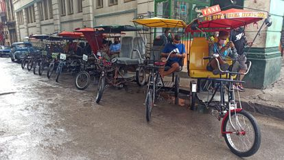 Varios conductores de bicitaxis esperan clientes en La Habana (Cuba).