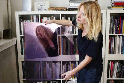 La artista Odile Soudant, en en su estudio de París.