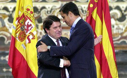 El expresidente del Gobierno valenciano José Luis Olivas (izquierda) abraza a su antecesor, Eduardo Zaplana, tras entegarle la Alta Distinción de la Generalitat, en Valencia en 2002.