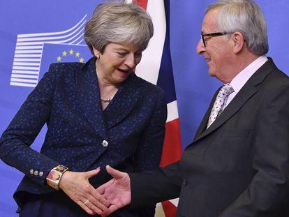 Juncker saluda a May el pasado noviembre en Bruselas.