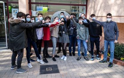 """Varios alumnos en la presentación del proyecto educativo """"Las Musas y las estrellas"""" en el IES Las Musas de Madrid promovido por la Embajada de Israel."""