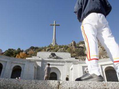 Visitantes ante la entrada de la basílica del Valle de los Caídos.