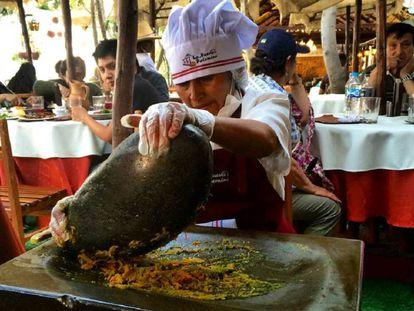 Una cocinera en un restaurante en el centro de Arequipa.