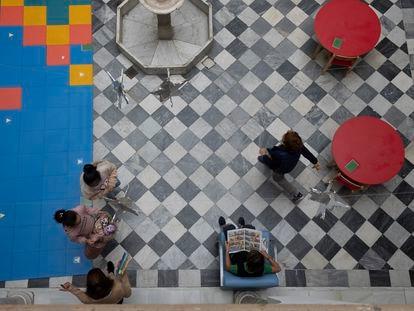 Varios alumnos en el patio de la biblioteca del colegio San Francisco de Paula de Sevilla.