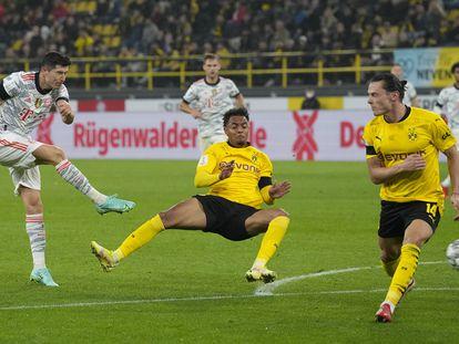 Robert Lewandowski marca su segundo gol ante el Borussia Dortmund en la Supercopa de Alemania este martes.