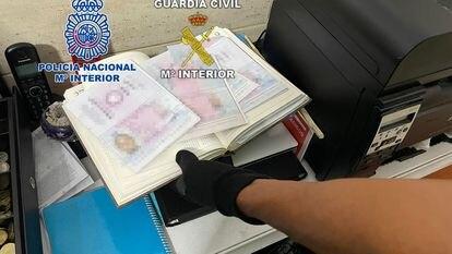 Documentación falsa intervenida por la Policía Nacional y la Guardia Civil en la operación.