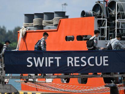 Los oficiales abordan el MV Swift Rescue de la Marina de Singapur que ayuda en los esfuerzos de rescate del submarino desaparecido de Indonesia.