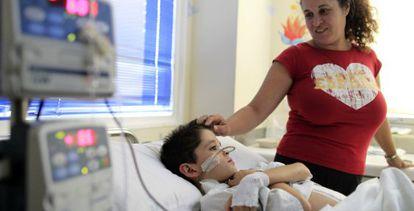 Dani Pedrosa con su madre en la unidad del dolor del hospital madrileño de La Paz