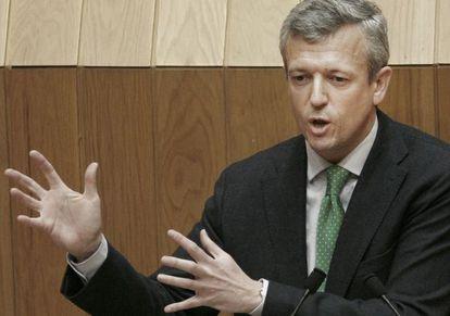 El conselleiro Alfonso Rueda, durante su comparecencia ayer en el Parlamento para explicar los recortes en los chiringuitos.