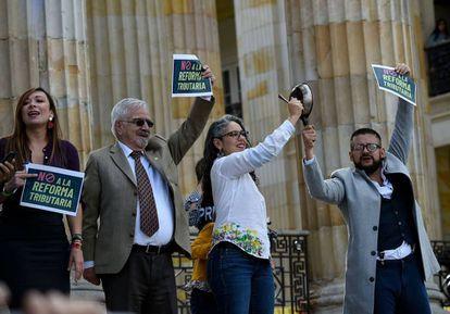 Senadores de la oposición protestan contra la reforma tributaria frente al Congreso, el pasado lunes en Bogotá.