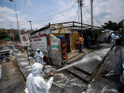 Trabajadores municipales desinfectan un mercado en Petare, cerca de Caracas, el 2 de abril.