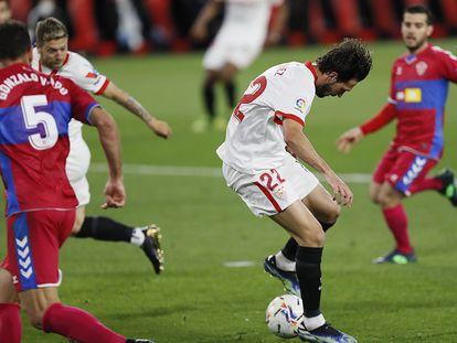 Franco Vázquez consigue de tacón el segundo gol del Sevilla ante el Elche.