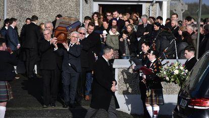 Familiares de Dolores O'Riordan portan este martes el féretro con los restos de la cantante al término de su funeral en Ballybricken.