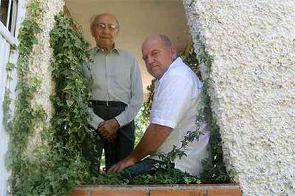 El teólogo Enrique Miret Magdalena (izquierda) y el payaso Leo Bassi, en Colmenar Viejo (Madrid).
