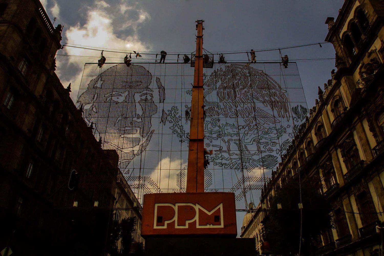 Trabajadores de la alcaldía colocan adornos para celebrar la Independencia de México en el Centro de la ciudad.