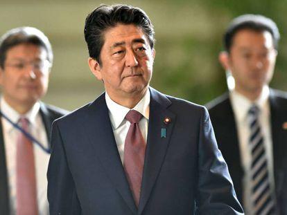 El primer ministro japonés Shinzo Abe llega a la reunión de su gabinete en Tokio.