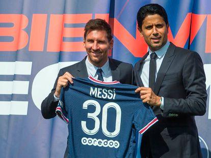 Lionel Messi (a la izquierda) y el presidente del PSG, Nasser Al-Khelaifi, posan con la camiseta, este miércoles.