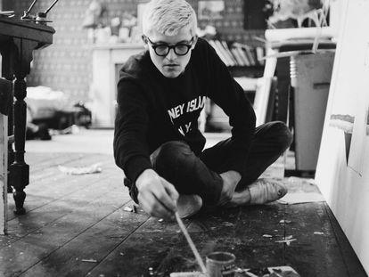 David Hockney trabajando en su estudio en 1967.