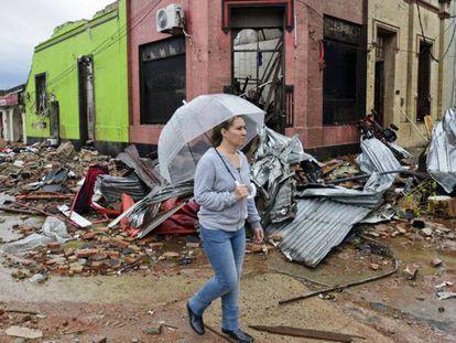 Una mujer camina por Dolores tras el paso del tornado. Matilde Campodonico (AP)