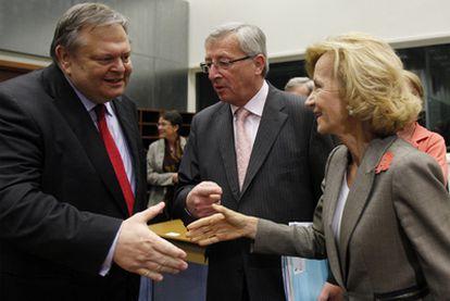 El ministro de Finanzas griego, Venizelos (izquierda), habla con Juncker y Salgado a la entrada del Eurogrupo.