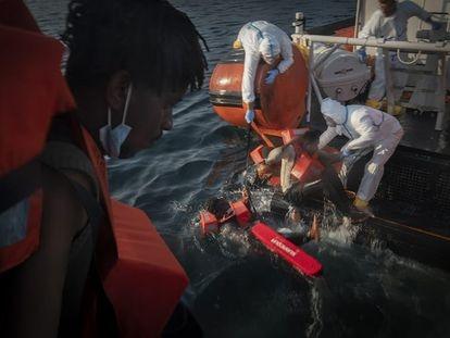 Rescate de varios migrantes, el viernes, en el mar.