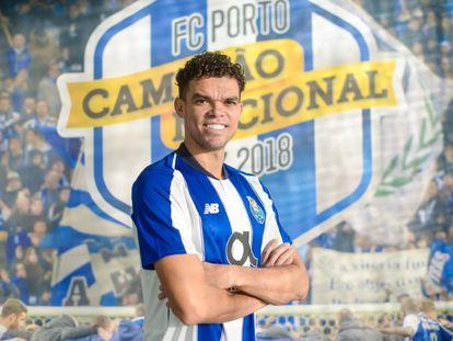 Pepe posa con la camiseta del Oporto tras confirmarse su regreso al club portugués.