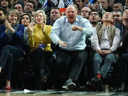 Steve Ballmerm, en un partido de su equipo, el Los Angeles Clippers, contra el Miami Heat en el Staples Center en febrero de 2020.