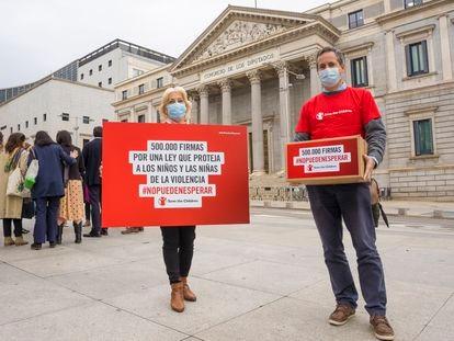 Miembros de la ONG Save the Children el jueves ante el Congreso, donde se aprobó la nueva ley de protección de la infancia y la adolescencia.