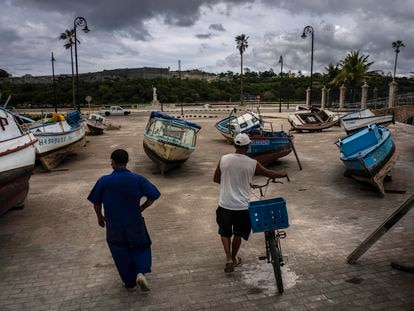 Pescadores inspeccionan sus embarcaciones luego de haber sido sacadas de la bahía para evitar daños por el paso de la tormenta tropical Elsa, en La Habana, Cuba, el lunes 5 de julio de 2021.