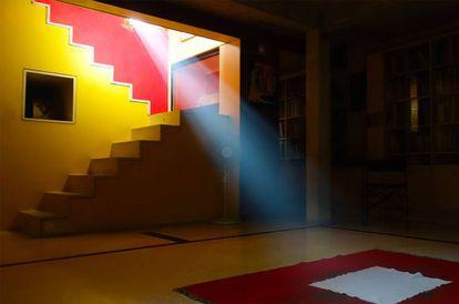 La Casa Kamala es la vivienda de Doshi en Ahmedabad (1958). En ella la luz natural que se cuela por las uniones entre los planos convive con la protección frene al exceso de sol.
