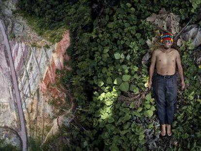 Sexta entrega de una serie sobre la batalla de jóvenes indígenas de la Amazonia para proteger a sus comunidades. Hoy, en Ecuador, de la mano de un líder achuar que muestra cómo se enfrentan al extractivismo y al avance de las infraestructuras hacia la selva