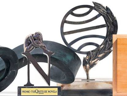 Trofeos de varios premios literarios españoles.