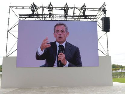 Una imagen de Nicolas Sarkozy sobre una pantalla el 29 de agosto en el Hipódromo de Longchamp, en París.