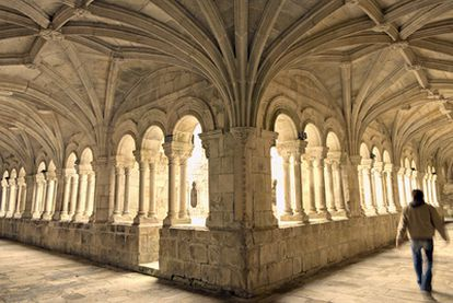 El románico claustro de los Obispos, uno de los tres que hay en el monasterio de Santo Estevo en Ribas do Sil (Ourense).