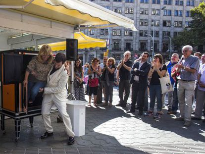 Un espectáculo de magia sirvió para inaugurar la feria del libro de ocasión, en pleno paseo de Gràcia de Barcelona.