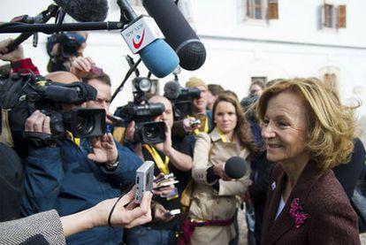 Salgado contesta a los medios, ayer a la entrada de la reunión del Eurogrupo en Gödölló (Hungría).