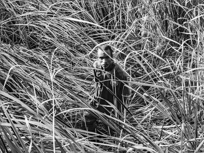 Paul Tuge, retratado en el lugar donde se escondió después de un tiroteo con un policía. Lakeside, Benoni (Sudáfrica). 18 de febrero de 2010.