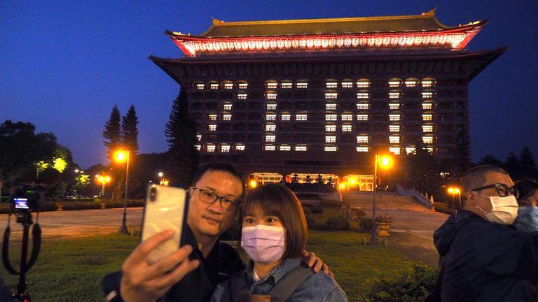 """Las luces del hotel forman la palabra """"cero"""", en honor al tercer día sin casos de covid-19 detectados esta semana en Taiwán."""