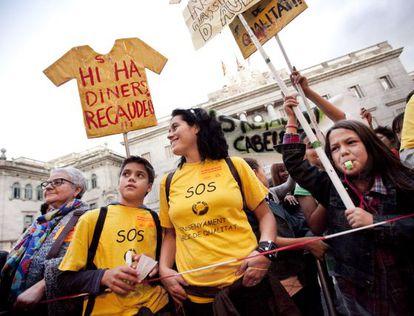 Profesores, padres y alumnos se manifestaron ayer en el centro de Barcelona.