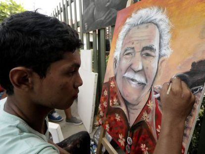 Un pintor retrata a García Márquez en Aracataca.